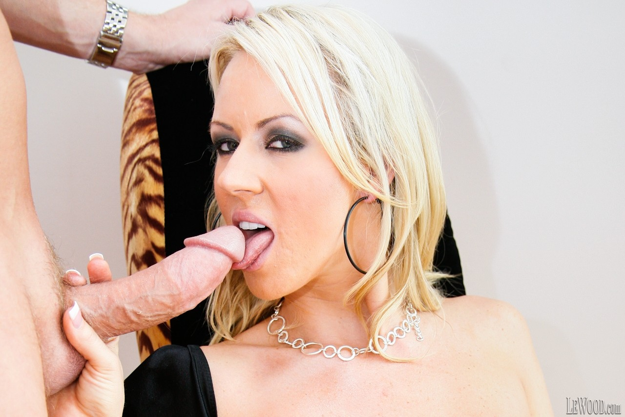 Lascivious pornstar going sexy