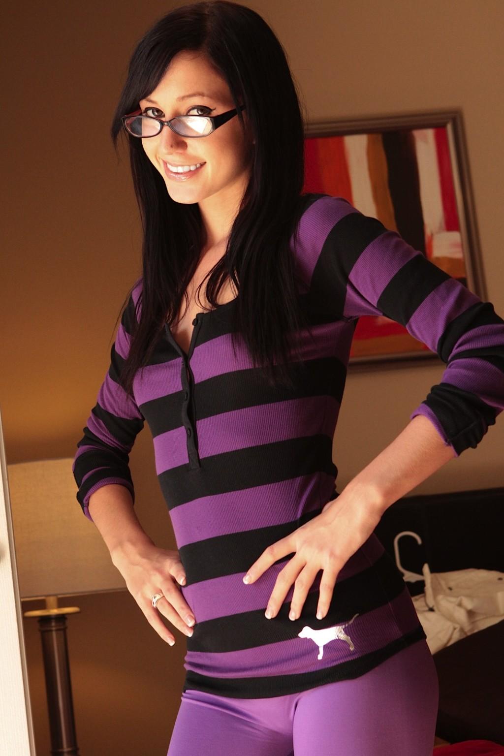 음탕 청소년 긱 Catie Minx 에 안경 고 유연성 보라색
