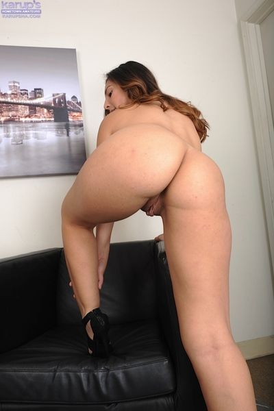 Bubble butt Latina Luna Leve effectuation with her pussy here high heels