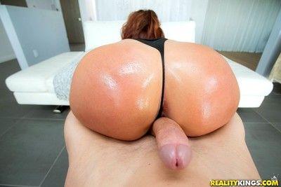 Savannah fox shows off astounding ass for anal