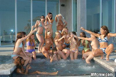 Domineer Lightcomplexioned Memphis Monroe baisée dans vip bikini orgie